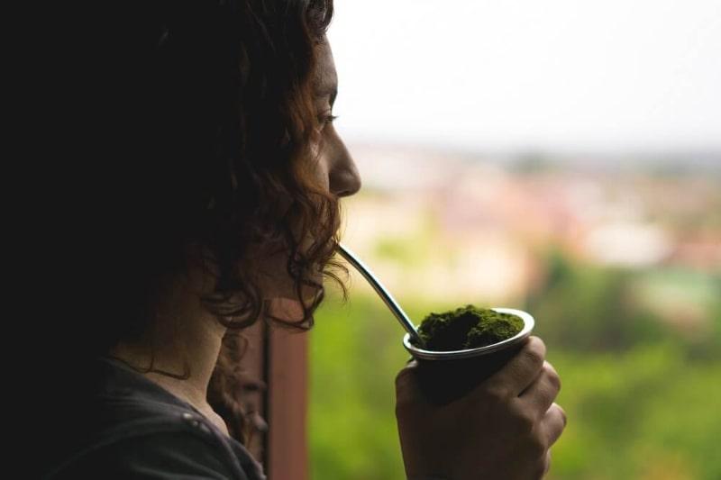 Brasilianische Frau trinkt das typische Gaucho-Getränk - Rio Grande do Sul - Südbrasilien.