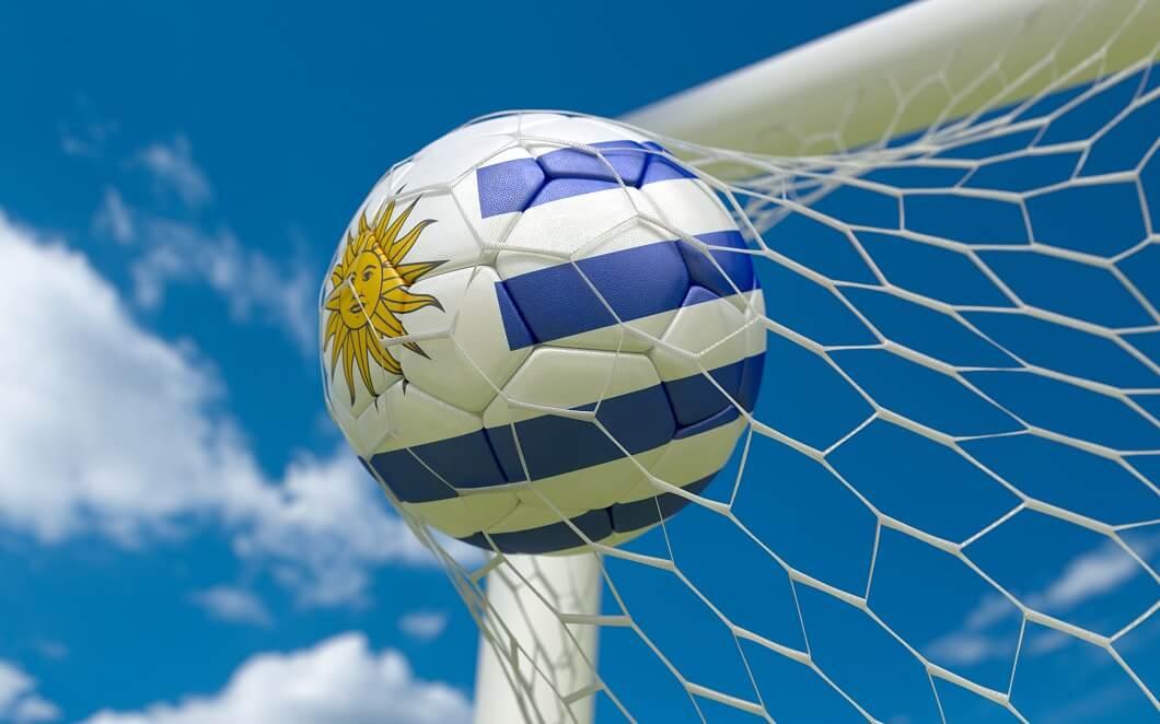 Uruguay-Flagge und Fußball im Tornetz