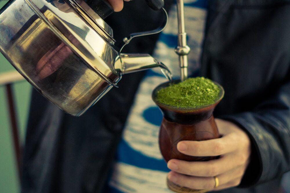 Mann serviert Chimarrao - das typische Getränk der Gauchos - Rio Grande do Sul - Südbrasilien.